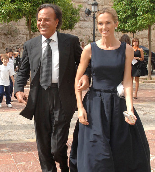 Julio Iglesias se casa con Miranda tras 20 años de noviazgo