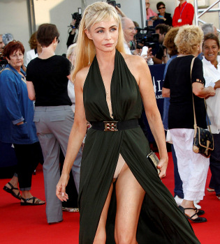 El vestido indiscreto de Emmanuelle Béart en el festival de Deauville