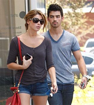 A Joe Jonas se le acabó el cuento del anillo de castidad