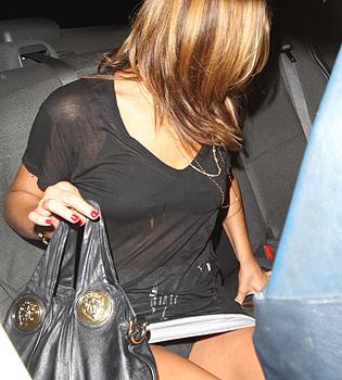 Ashley Greene pillada por los paparazzi con la falda muy corta