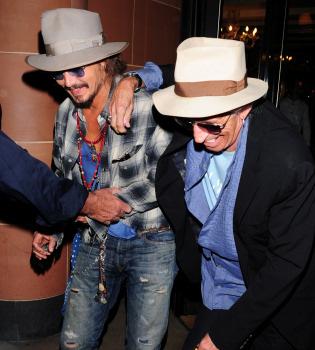 A Johnny Depp y Keith Richards se les suben las copas a la cabeza
