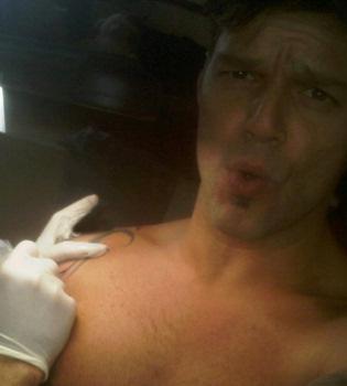 Ricky Martin se retoca el tatuaje del Padre Nuestro y lo cuelga en Twitter