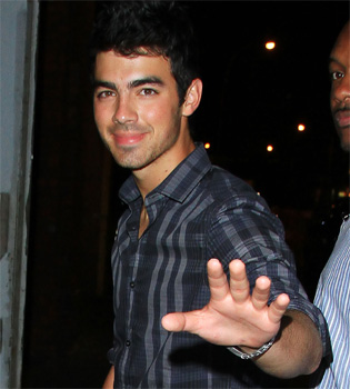 Joe Jonas cambia la dulce 'Camp Rock'  por la serie adulta '90210'