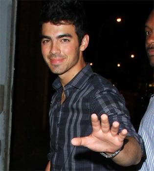 Joe Jonas cambia la dulce 'Camp Rock'  por la serie adulta '90210'