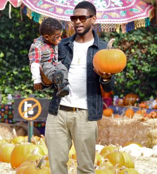 Usher disfruta con sus hijos entre calabazas de Halloween