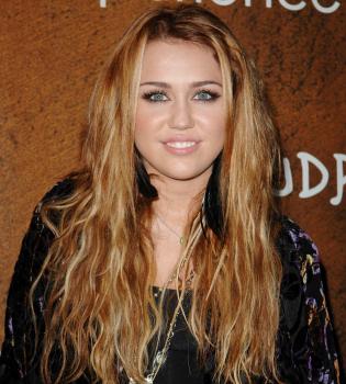 Miley Cyrus regala su ropa a los sin techo