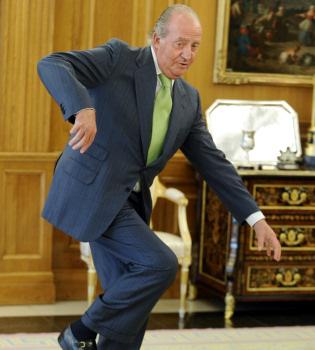 Susto por el tropezón del Rey Don Juan Carlos en Zarzuela