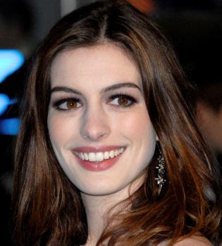 Anne Hathaway subasta las joyas de su ex, el estafador