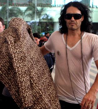 Katy Perry y Russell Brand llegan a la India para casarse