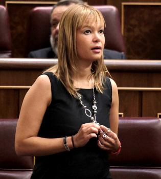 Piden la dimisión de Leire Pajín por usar la 'Power Balance'