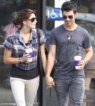 Ashley Greene y la madre de Joe Jonas no se tragan