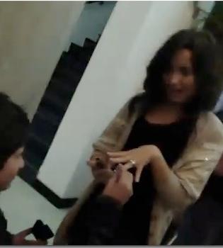Demi Lovato ya luce un anillo de compromiso en su dedo