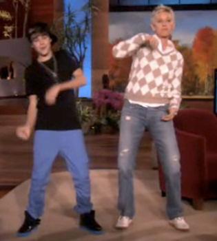 Justin Bieber enseña a bailar a Ellen Degeneres en la tele