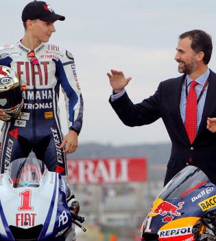 El Príncipe Felipe, emocionado con el triunfo de Jorge Lorenzo, Toni Elías y Marc Márquez