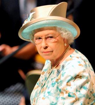 La reina Isabel de Inglaterra se une a la moda Facebook y crea una cuenta