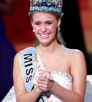 La foto erótica que podría costarle la corona de Miss Mundo a Alexandria Mills