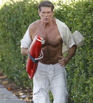 David Hasselhoff se quita la camiseta para rememorar viejos tiempos