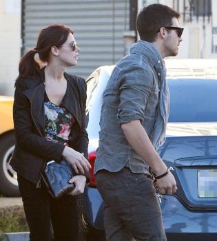 Ashley Greene le quita a Joe Jonas el anillo de castidad