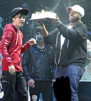 Justin Bieber, sorprendido con un pastel en mitad de un concierto