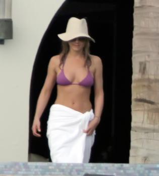 Jennifer Aniston luce figura en bikini en el Golfo de México