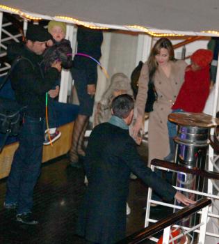 Brad Pitt, Angelina Jolie y sus hijos, divertido paseo en barco por París