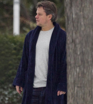 Matt Damon rueda en albornoz bajo un manto de nieve