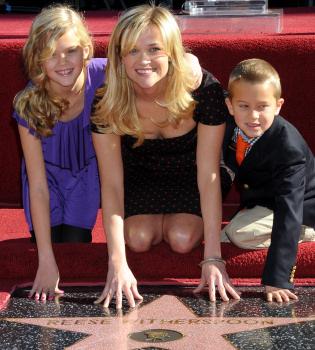 Reese Witherspoon ya disfruta de su estrella en el paseo de la fama