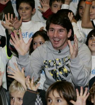 Leo Messi saca su lado más solidario con los niños