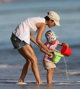 Halle Berry se prepara para la Navidad en la playa junto a su hija