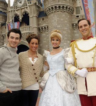 Kevin Jonas y Danielle celebran su primer aniversario de boda en Disneyland