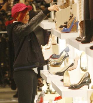 Rihanna olvida sus problemas sentimentales comprando zapatos