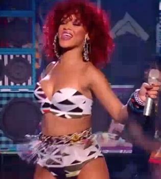 Christina Aguilera y Rihanna molestan al público británico
