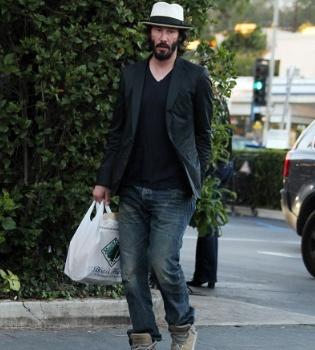 Keanu Reeves exhibe su estilo 'homeless' por Los Ángeles