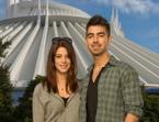 Ashley Greene y Joe Jonas, romántica Navidad en un parque temático
