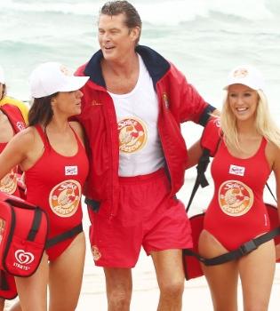 David Hasselhoff se calza de nuevo su bañador rojo