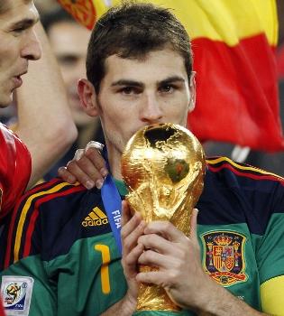 Iker Casillas se hace con el 'Guante de Oro' por tercera vez