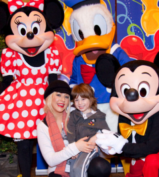 Christina Aguilera y su hijo, muy felices en Disneyland