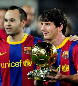 Leo Messi brinda el Balón de Oro 2010 a la afición
