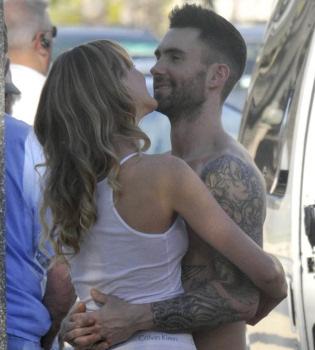 Adam Levine, de Maroon 5, y su novia, escenas subidas de tono en la calle