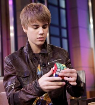 Justin Bieber deja alucinado al personal resolviendo el cubo de Rubik