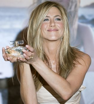 Jennifer Aniston lanza un perfume solidario