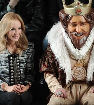 Carmen Lomana cierra Cibeles 2011 acompañada de su King