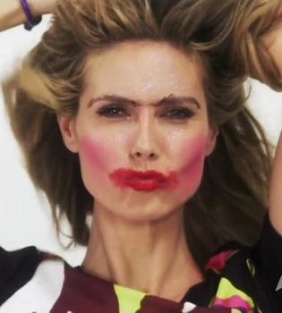 El nuevo 'look' de Heidi Klum: cambia de maquillaje