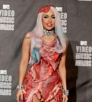 Lady Gaga se postula como madrina del hijo de Elton John