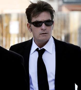 Charlie Sheen demandará a la CBS por la cancelación de 'Dos hombres y medio'