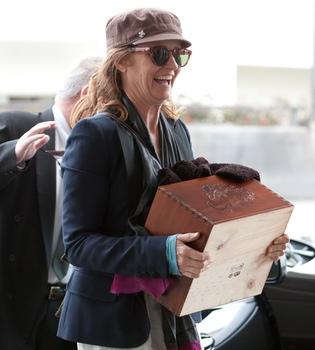 Melissa Leo pasea con su Oscar 2011 en una caja de madera