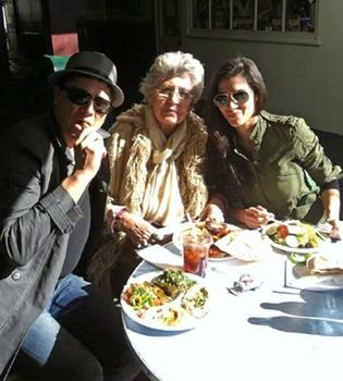 Pilar Bardem, Carlos Bardem y Celia Blanco se relajan tras los Oscars 2011