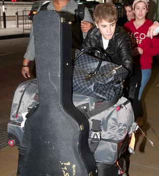 Justin Bieber, de gira con 'Never Say Never' sin Selena Gomez