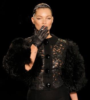 Kate Moss vuelve a las pasarelas fumándose un cigarrillo