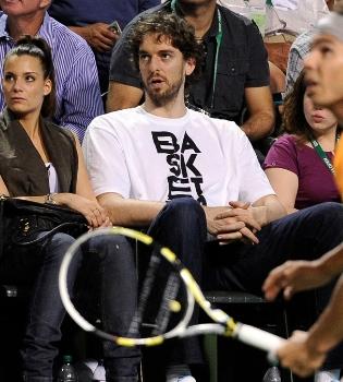 Pau Gasol acude junto con su novia Silvia López a un partido de Rafa Nadal